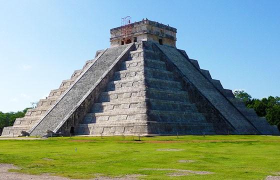Vista de la Pirámide de Kukulcán México ruinas Mayas