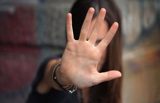 Extender la palma de la mano. Gestos que pueden traer problemas en otro país.
