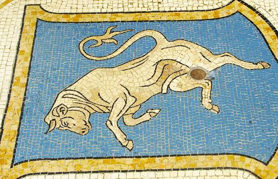 Mosaico del Toro de Turín, Italia. Lugares que dan suerte.
