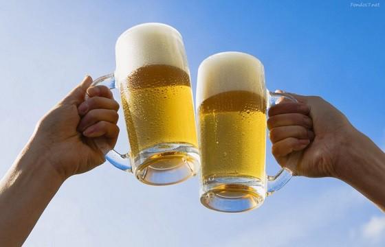 No brindar con cerveza. Gestos que pueden traer problemas en otro país.