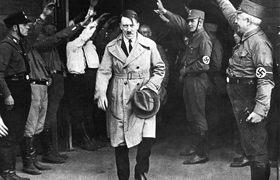 Adolf Hitler saliendo de la sede del partido Nazi (Munich, 1931)-Editada-Recuerdos de Pandora-http://bit.ly/1TGXCeO-Flickr