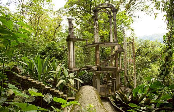 Hormigón estructura con las escaleras rodeado de jungla-Quasarphoto-Istockphoto