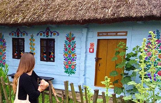 Turista en fachada de casa