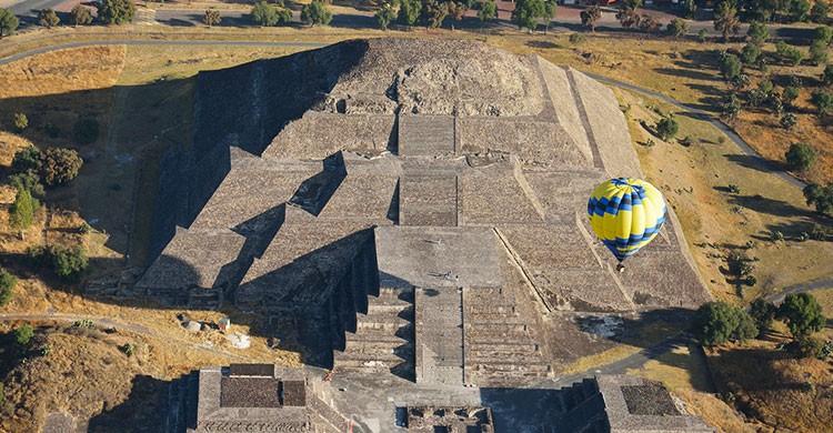 Globo aerostático sobre la Pirámide del Sol